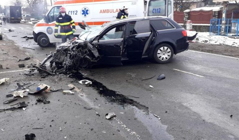 Accident rutier produs între un autotren și două autoturisme în Gâdinți